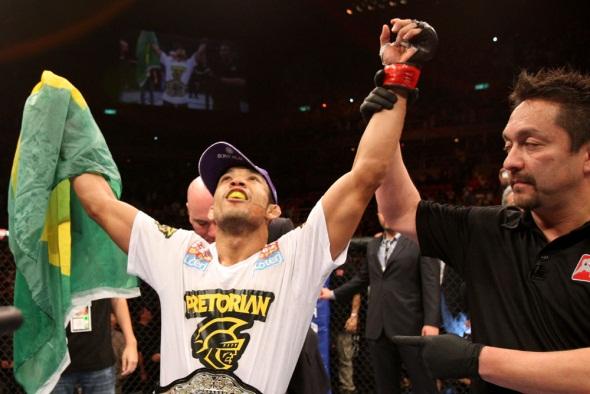 Jose Aldo wins at UFC 142